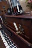 Otwiera rocznika pianino z świeczkami Zdjęcia Royalty Free