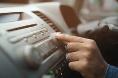 Otwiera samochodowego radia słuchanie Kierowcy odmieniania kr?cenia guzika radia stacje na Jego pojazdu Multimedialnym systemu fotografia royalty free