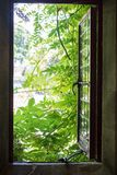 otwiera sposobności okno Wolność i opuszczać do domu Pozytyw o obraz stock