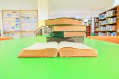 otwiera starą książkę i usypuje traktat w szkolnej bibliotece na stół zieleni zdjęcia royalty free