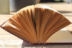 Otwiera Starą książkę w świetle słonecznym fotografia stock