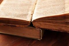 Otwiera starą książkę z postrzępionym strony zakończeniem zdjęcie stock