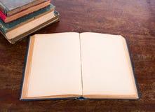 Otwiera starą rocznik książkę Fotografia Royalty Free
