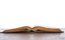 Otwiera starą rocznik książkę Zdjęcia Stock