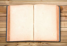 Otwiera starą rocznik książkę na drewno stole Obrazy Stock
