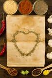 Otwiera starą rocznik książkę z pikantność i sercem na drewnianym tle zdrowe jedzenie wegetarianin fotografia royalty free