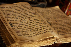 Otwiera starą ortodoksyjną biblię Obraz Stock