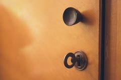 Otwiera starego gabinetowego drzwi z kędziorkiem i wpisuje Obraz Stock