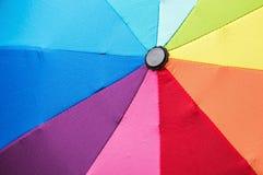 Otwiera stubarwnego parasol w tęczy Obrazy Royalty Free