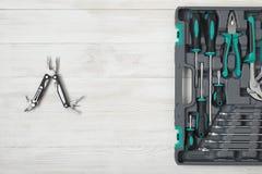 Otwiera toolbox i wielo- narzędzie na drewnianej powierzchni Obrazy Royalty Free