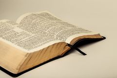 Otwiera Uświęconą biblię zdjęcia stock