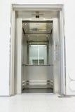 Otwiera windę w sala Zdjęcie Royalty Free