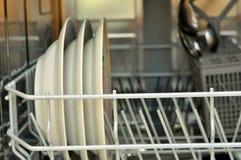 Otwiera zmywarkiego do naczyń z czystymi naczyniami w białej kuchni obraz stock