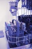 Otwiera zmywarkiego do naczyń z czystymi naczyniami w białej kuchni niezrównoważenie zdjęcie royalty free