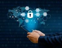 Otwierający smartphone kędziorka telefonu ręki Internetowi biznesmeni naciskają telefon komunikować w internecie Cyber ochrony po obraz stock