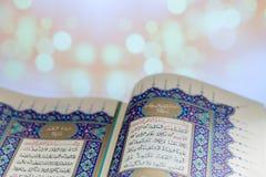 Otwierający strony świętej księgi Qur ` Zdjęcia Stock