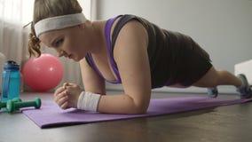 Otyła dziewczyny zgromadzenia siła i duch kontynuuje wyczerpującego trening w domu, zbiory wideo