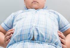Otyła gruba chłopiec nadwaga Ciasna koszula piżamy obraz stock