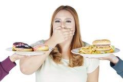 Otyłej kobiety zamknięty usta dla fasta food Obrazy Stock