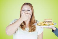 Otyłej kobiety zamknięty usta dla fasta food Zdjęcia Royalty Free