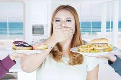 Otyłej kobiety zamknięty usta dla niezdrowego jedzenia Zdjęcia Stock
