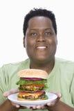 Otyły mężczyzna mienia hamburger zdjęcie royalty free