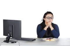 Otyła kobieta z donuts na studiu Zdjęcia Royalty Free