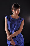 Ouïe dans la robe bleue Images stock
