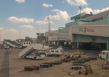 OU aeroporto internacional de Tambo em Joanesburgo, África do Sul fotos de stock royalty free