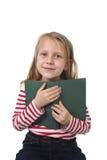 6 ou 7 anos pequenos doces novos velhos com terra arrendada da menina do cabelo louro Foto de Stock Royalty Free