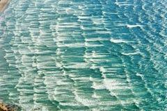 在波浪的鸟瞰图 免版税库存图片