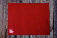 Ouatine rouge avec des coeurs sur le fond en bois Photographie stock