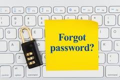 A oublié le mot de passe avec la serrure sur un clavier avec une note collante photos stock
