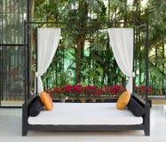 Ouch in de tropische hotelhal royalty-vrije stock fotografie