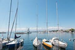 在洛桑Ouchy口岸靠码头的私有游艇,湖的Leman,Geneva湖瑞士 免版税库存图片