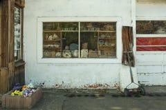 Oud aardewerk in glasvenster Mitchell Oregon Stock Foto's