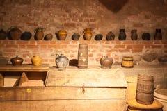 Oud aardewerk op de planken Royalty-vrije Stock Afbeelding
