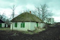 Oud adobehuis op een bewolkte dag Stock Fotografie