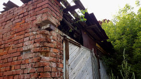 Oud afbrokkelend baksteenhuis, verlaten de bouwachtergrond Royalty-vrije Stock Afbeelding