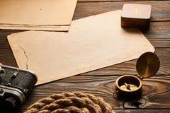 Oud afstandsmetercamera en kompas met antieke kaart Royalty-vrije Stock Fotografie