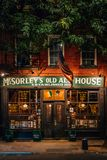 Oud Ale House van McSorley bij nacht, in het East Village, de Stad van Manhattan, New York stock foto