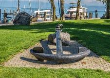 Oud anker in weiden in een haven op het Meer van Konstanz of Bodensee royalty-vrije stock foto's