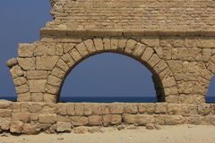 Oud Aquaduct in Caesarea Maritima Royalty-vrije Stock Foto