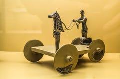 Oud archaïsch stuk speelgoed voor kinderen stock foto
