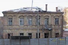 Oud, baksteen, de vernietigde bouw op de straten van de stad royalty-vrije stock fotografie