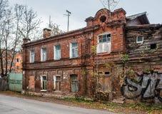 Oud baksteenhuis in Tver Stock Afbeeldingen