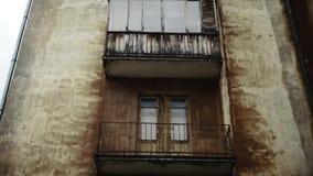 Oud balkon buiten stock videobeelden