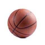 Oud basketbal op witte achtergrond Royalty-vrije Stock Fotografie