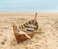Oud beached Vissersboot - Aziatische Stijl Royalty-vrije Stock Foto's