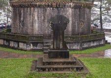 Oud beeldhouwwerk bij de basis van de Pagode van Thien Mu in Tint, Vietnam royalty-vrije stock foto